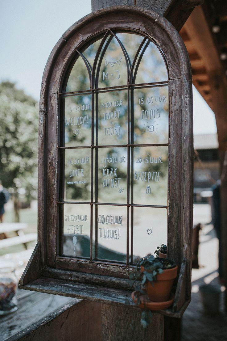 Gebruik een groot raam of een spiegel om het dagprogramma op te schrijven.