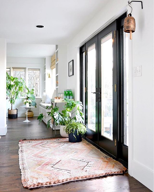 It's POURING here in LA, but @houseupdated's entry way is keeping the #showEmyourstyled feed looking sunny and bright.