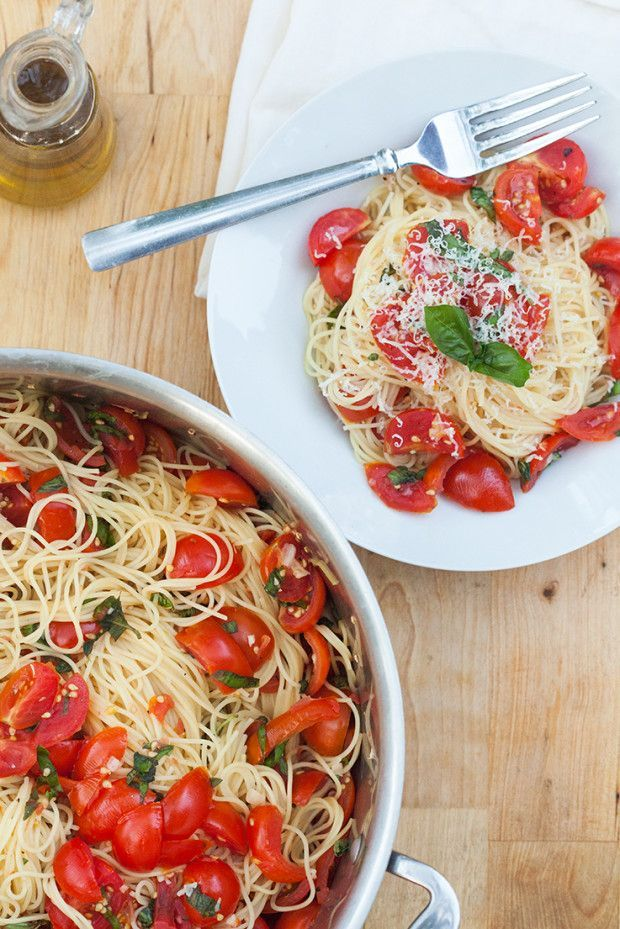 Angel Hair Pasta with Fresh Garlic Tomato Sauce: PERFECT for using up those gorgeous red tomatoes!   spachethespatula.com #recipe