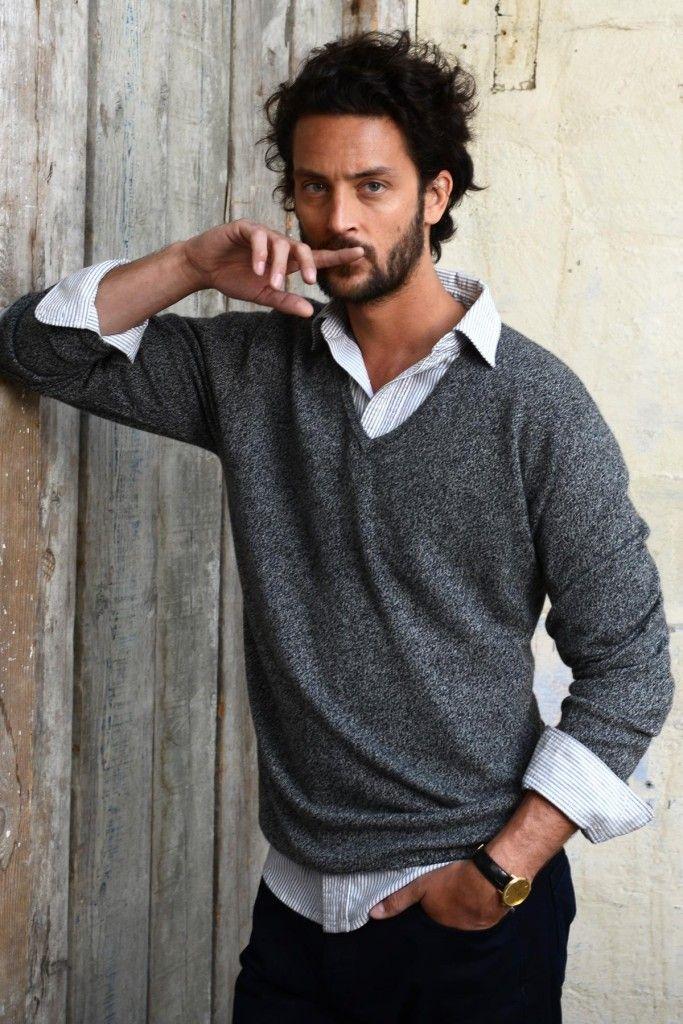 Le parfait pull Cachemire col V pour Homme par les Ateliers de la Maille. Une qualité pure cachemire disponible en 4 coloris.