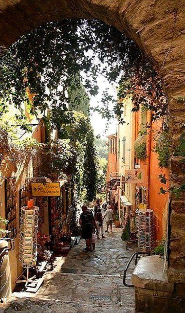 #France #Visit - Petite ruelle de Bormes-les-Mimosas, Côte d'Azur, France (by Kevin Clausse) http://www.thefrenchpropertyplace.com