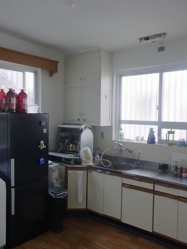 いつもコーヒーの後ろに写っている いちごいちえコーヒー事務所のキッチンの写真です。 ここへ住んで1年になりますが、 一人で平屋3LDK で 80平米以上あり、 外人住宅なので天井も高くとても過ごしやすいです。