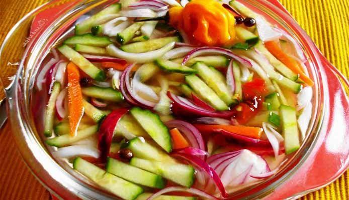 Surinaams eten – Surinaams Zuurgoed (tafelzuur met komkommer, witte- en rode uien en peper op azijn)