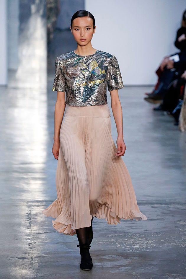 Pura Carolina Herrera: o outono-inverno 2017/18 da marca apresentado na Semana de Moda de NY traz clássicos dela, como releituras da camisa branca, o tomara-que-caia e o vermelho, que devem agradar as clientes em cheio.