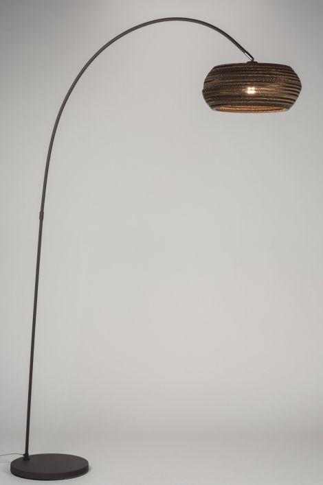 Art 10685 Zeer bijzondere booglamp uitgevoerd in een kleurencombinatie van bruin en taupe. Het armatuur is gemaakt van metaal en is uitgevoerd in een matte taupe kleur.(grijs/bruin) De kap valt op door zijn bijzondere uiterlijk. De kap is namelijk gemaakt van verschillende lagen karton. http://www.rietveldlicht.nl/artikel/vloerlamp-10685-modern-antraciet_donkergrijs-bruin-metaal-rond