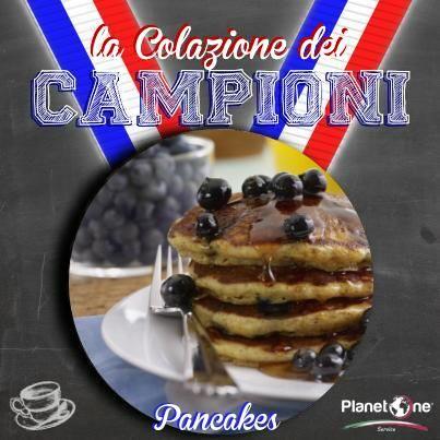 LA COLAZIONE DEI CAMPIONI: Pancakes  Il pancake è il simbolo dell'american breakfast per eccellenza. Queste frittelle simili a crêpes, ma più alte, delizieranno il palato dei vostri clienti al bar che li arricchiranno con guarniture di tutto rispetto: sciroppo d'acero, marmellate, miele, burro fuso o ancora limone e zucchero. E non dimenticate mirtilli e fragole!