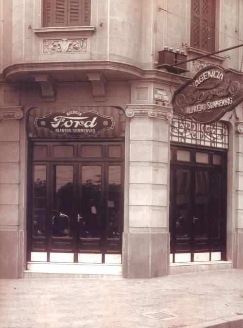 Início da década de 30 - Agência de automóveis Sonnervig instalada na praça Marechal Deodoro, esquina com a rua Lopes de Oliveira