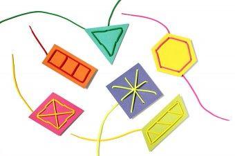 """Fädelkarten für erste Fädelübungen aus buntem Karton. Zum Fädeln eignen sich Schnürriemen oder Fädelschnüre, die an beiden Enden sogenannte """"Nadeln"""" haben."""
