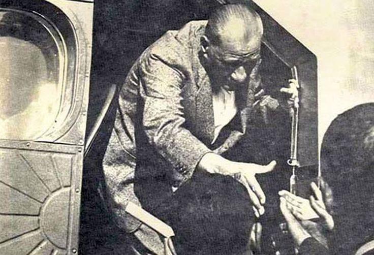 ✿ ❤ Atatürk Arabadan İnerken - Atatürk Resimleri