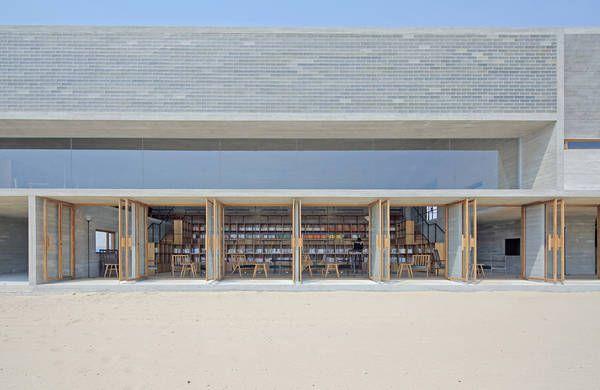 Allein am Strand: Eine Bibliothek mit Meerblick von Vector Architects-DETAIL.de