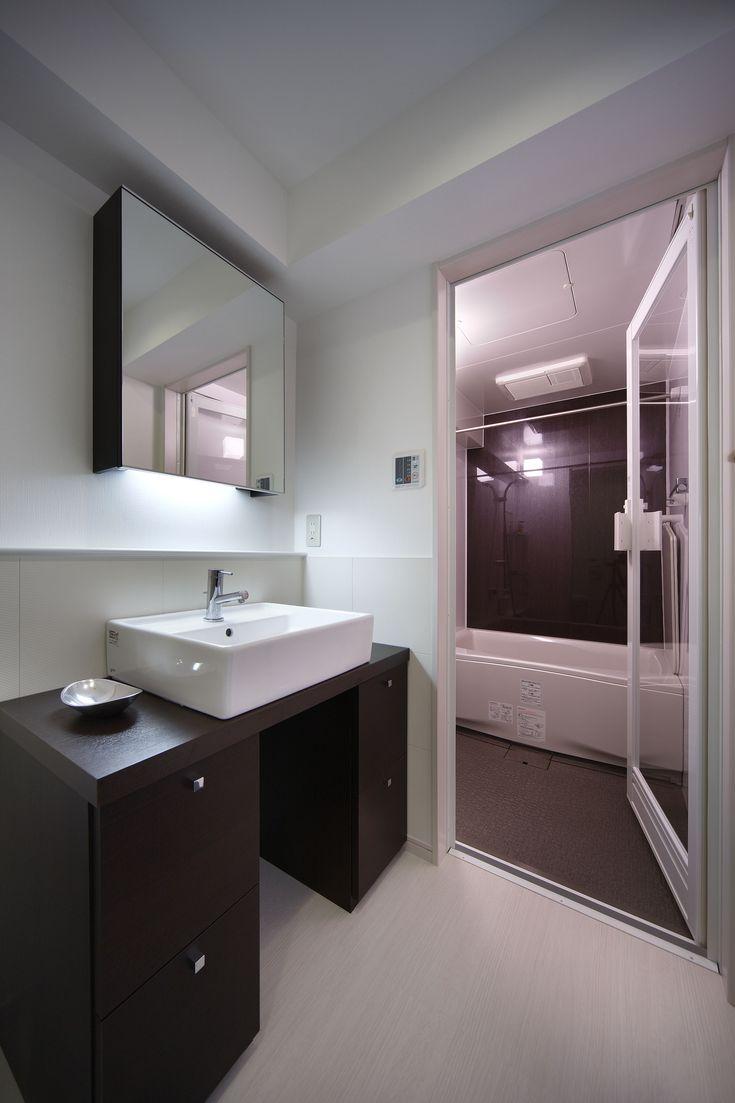 【#ミサワホームイングデザインリフォーム 】中古マンションをリノベーション。既存のバスルームやサニタリーはそれぞれ個室になっているタイプでしたが、トイレと洗面を一体化したので広がりのある空間になりました。 右手の浴室ドアは透明ガラスを採用したので視覚的にも広がりを感じます。浴室と洗面にはそれぞれに吸排気口を設け換気量も十分です。さらに湿気対策として腰壁にエコカラットを貼りました。#リフォーム #リノベーション #住まい #インテリア #インテリアデザイン #インテリアコーディネート #マンション #マンションインテリア #マンションリフォーム #洗面 #洗面リフォーム #洗面インテリア #浴室 #エコカラット #ミサワホームイング #intelimia