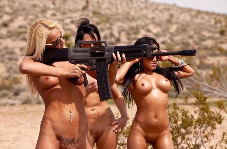 голые девушки с оружием фото