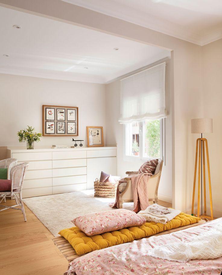 Dormitorio con butaca y cómoda a pie de cama