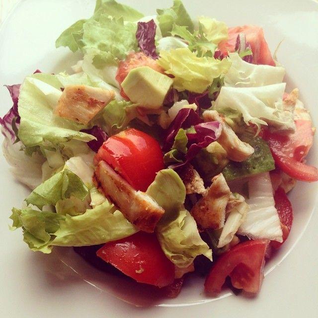 Hojas de ensalada variadas, tomate, aguacate, manzana, nueces, queso fresco, y pollo a la parrilla!!! Aceite de oliva virgen extra y vinagre de manaza para aliñar