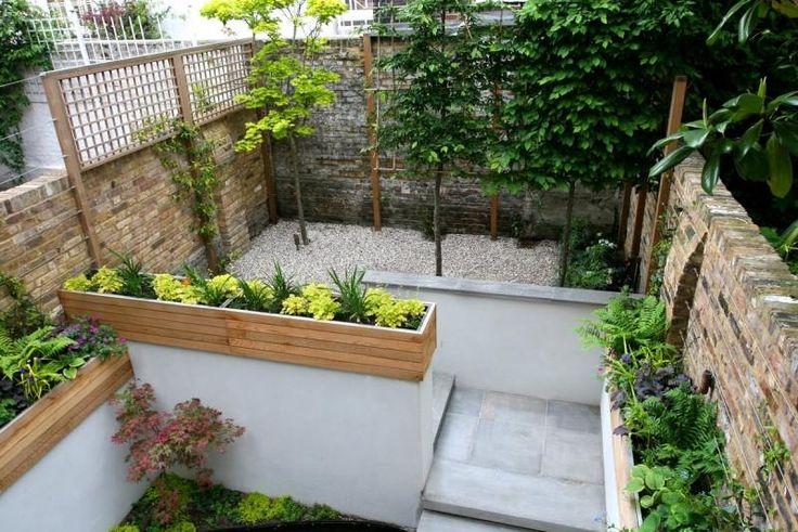 Garten mit Laubbäumen und Natursteinmauer