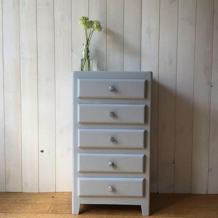 Petit chiffonnier vintage gris claire d'occasion.   #commode #rangement #gris #clair #vintage #design #deco #interieur #occasion