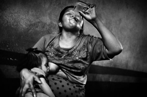El Fotógrafo en esta serie de imágenes da testimonio de un México decadente, violento, pobre. Se necesita valor para capturar y admirar estas impactantes imágenes.
