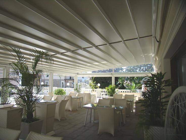 Pergole pentru umbrire, acoperire si inchidere restaurante, pergole retractabile Unica 165 de la Gibus cu structura aluminiu si confort sporit pentru clienti.