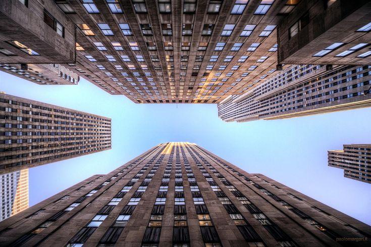 On commence la journée par l'un des lieux les plus incontournables de Manhattan, le mythiqueRockefeller Centerédifié à l'initiative de John Davidson Rockfeller, richissime magnat du pétrole dont l'objectif affiché était de concurrencer Wall Street au sud de l'île. Les financiers sont peut-être restés concentrés autour de la Bourse, il n'empêche que l'industriel a plus que largement atteint son objectif. Au centre d'un triangle reliant Times Square, Grand Central et Central Park, le…