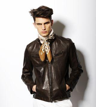 男の巻き物革命勃発! スカーフMENの作り方(2)|ワードローブ ... レザーと同色のスカーフで ワイルドさを中和