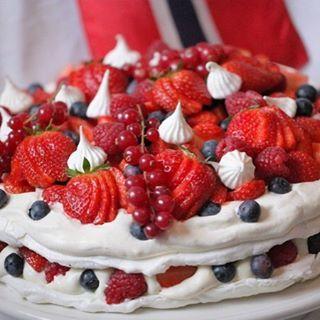 Årets 17. Maikake fra Bakeprosjektet. Pavlova i 2 lag, med vaniljekrem, krem og et helt lass med deilige friske frukt og bær. Oppskrift på www.bakeprosjektet.no