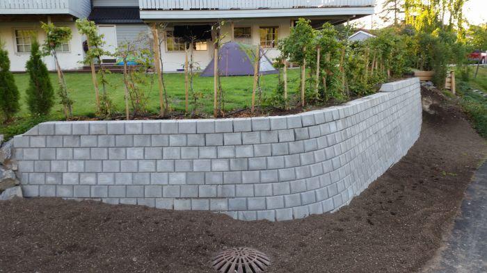 Gammel stein og planter er byttet ut til fordel for ny #støttemur og #hekk.