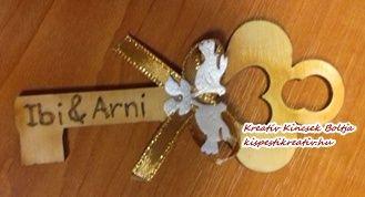 Egyedi, saját készítésű köszönőajándék - díszített, gravírozott fakulcs  Rendeld meg egyedi esküvői köszönőajándékodat! Az Általad választott neveket és dátumot, kérlek a megrendelés lezárása előtt írd a megjegyzés rovatba!  10x4,5 cm