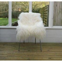 Hvidt langhåret skind nr 1 - Fri fragt. Hvidt langhåret lammeskind giver et super fedt cool nordic look. Varmt og indbydende. Passer perfekt på sengen, stolen eller sofaen. Det hvide skind du får tilsendt er skindet på billedet. Derfor er de nummereret. Dette er skind nr. 1 og har størrelsen:  Størrelse: 80 x 120 cm Hånlængde cirka 15 cm