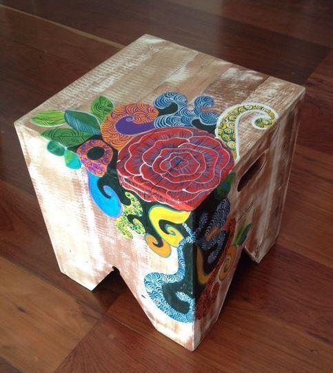 Novidade! Agora minhas tintas coloriram esses banquinhos rústicos de madeira de demolição. Vocês curtiram?