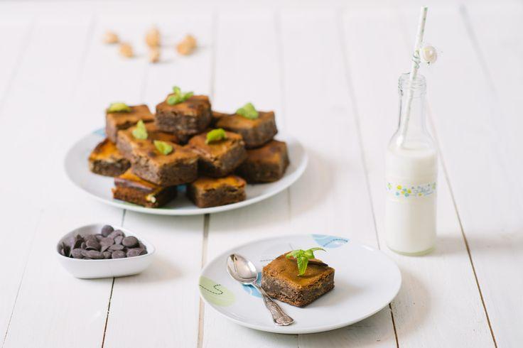 I brownies sono dei quadretti di torta al cioccolato bassi, morbidi e umidi. La ricetta