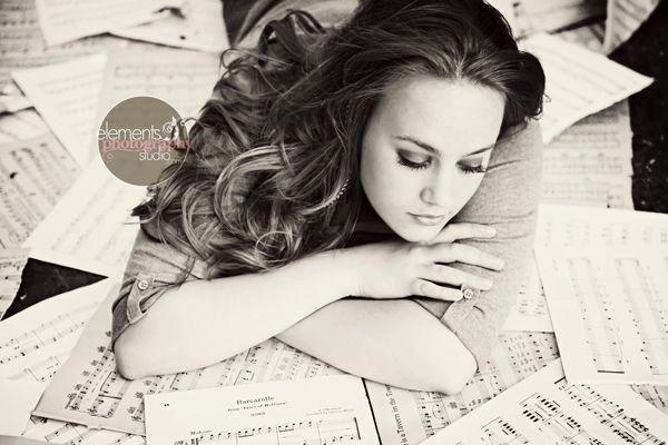 Es de una revista.? No se. Quizás usaron photoshop pero me gusta la actitud de ella al leer... he visto esta actitud antes con otra mujer