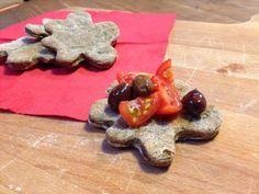 I biscotti salati alle olive sono degli snack salati veloci e sfiziosi da sgranocchiare quando ci prende la fame