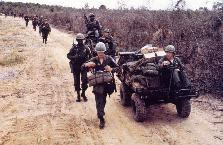 Marsch durch Vietnam: Amerikanische Soldaten ziehen im Mai 1965 zu ihrem...