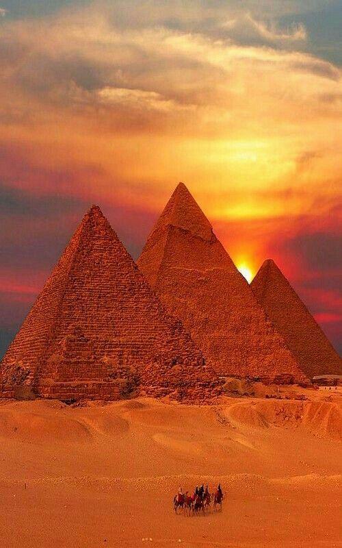 Les pyramides sous un soleil de couchant