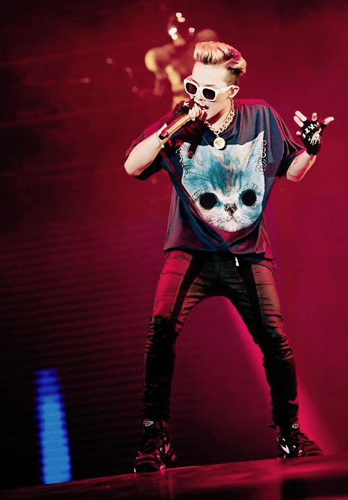 gdragon thumbs up with matching ur tshirt with ur glasses:P:P