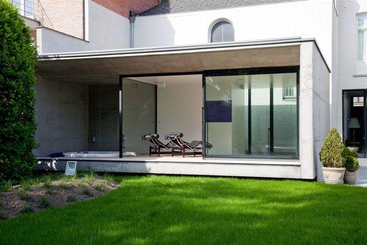 uitbouw met dakoversteek en smal terras