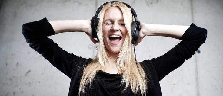 http://mundodemusicas.com/ouvir-musica-faz-bem/ - Se tentássemos definir, numa linha cronológica, o momento em que se fez música pela primeira vez, teríamos de recuar milhares de anos no tempo e mesmo assim seríamos incapazes de definir exatamente um ponto que oficializasse o nascimento desta arte. Vários historiadores acreditam que a música pode mesmo preceder os dias em que o homo sapiens vagueava pela Terra.