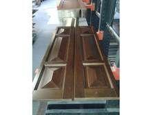Rivestimento per porta blindata costruito con bugne diamantate in noce tanganika