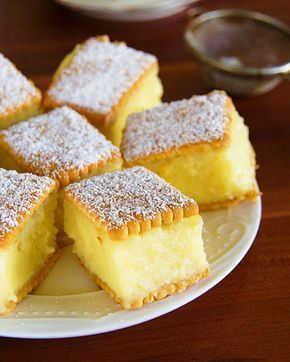 Savurosul Desert cu biscuiti si crema de vanilie se prepara foarte usor, fara coacere. Ingrediente Desert cu biscuiti si crema de vanilie: 50 biscuiti simpli 1200 ml lapte 1 cana zahar 50 grame unt 1 lingurita esenta de vanilie 2 oua 2 galbenusuri 100 grame amidon 100 grame faina Zahar