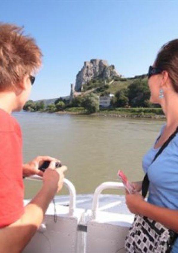 Vyhliadka začína pohľadom na historickú časť Bratislavy a jej nábrežie, Bratislavský hrad, pokračuje popod Nový most po most Lafranconi, kde sa loď otáča. Na pravom brehu Dunaja upúta Sad JankaKráľa.