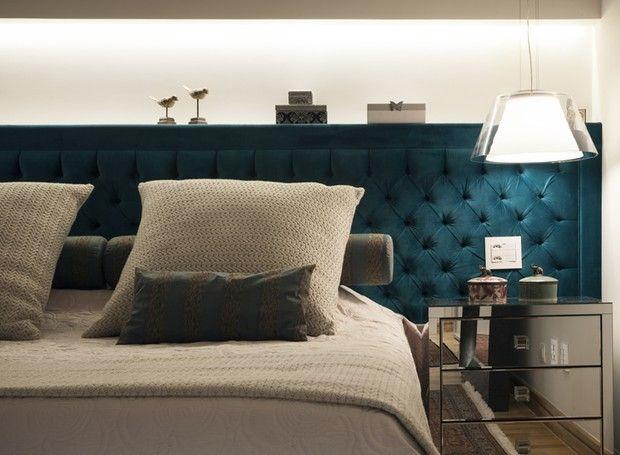 A cabeceira de veludo azul petróleo ocupa toda a parede e faz o quarto parecer mais largo (Foto: J. Vilhora/Divulgação)