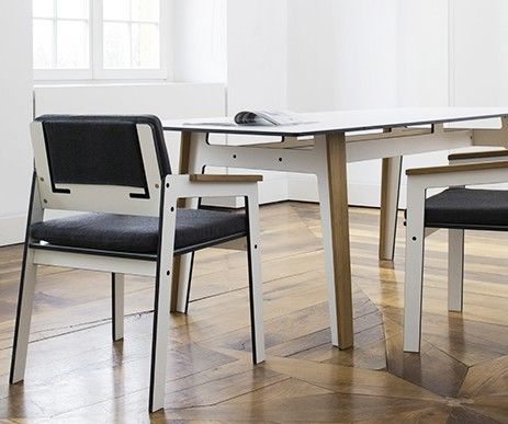 Duży, prostokątny stół z kolekcji Jig w zestawie z krzesłami. Meble wykonane z bardzo wytrzymałego materiału hpl