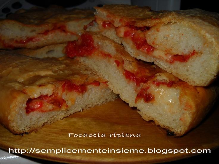 Focaccia ripiena con pomodoro, mozzarella e prosciutto