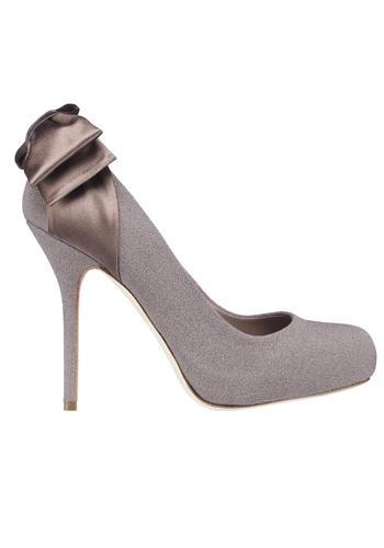 Déco in tessuto grigio perla con fiocco in raso grigio.    Fashion tip: è da mettere principalmente di sera. Ma è giusta anche se portata di giorno con capi oversize mischiando nuances inusuali come il mastice e l'azzurro polvere.    Di: Dior
