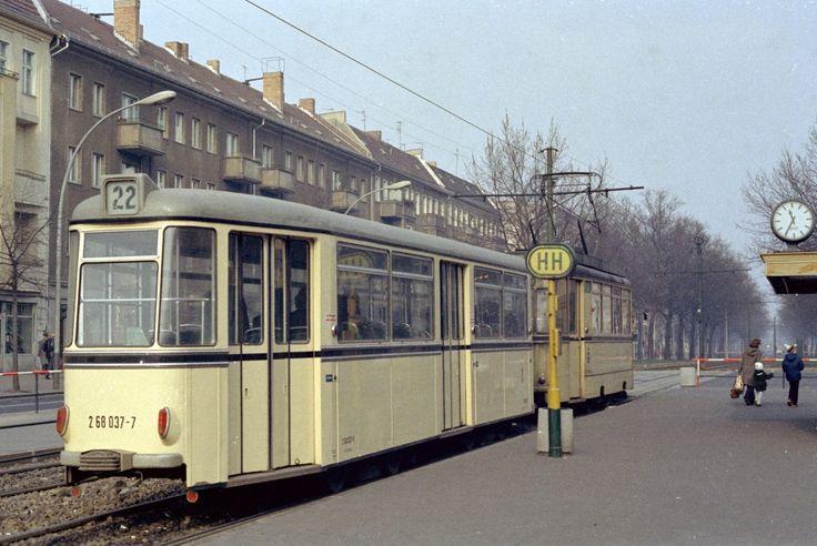 Berlin (Ost) BVB SL 22 (VEB Waggonbau Gotha Bw 268 037-7) Berliner Straße / Bornholmer Straße am 17. Februar 1974.