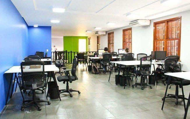 O escritório compartilhado Cowave investe em paredes coloridas. Repare no uso de cores frias, para manter os profissionais atentos