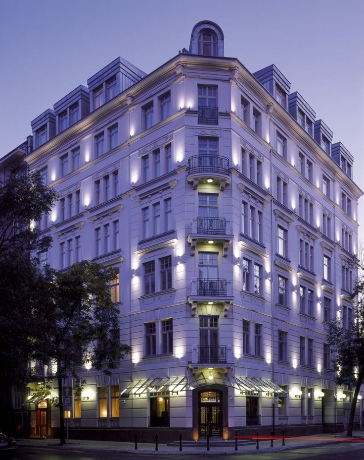 The historical building of Hotel Rialto in Warsaw, Poland is a result of the century townhouse renovation. The original construction walls and staircase remained intact. Renovation included new foundations, three additional floors, elevator, roof and windows. The windows were equipped with energy-efficient insulating glass units made of Pilkington Optitherm™ low-emissivity glass.