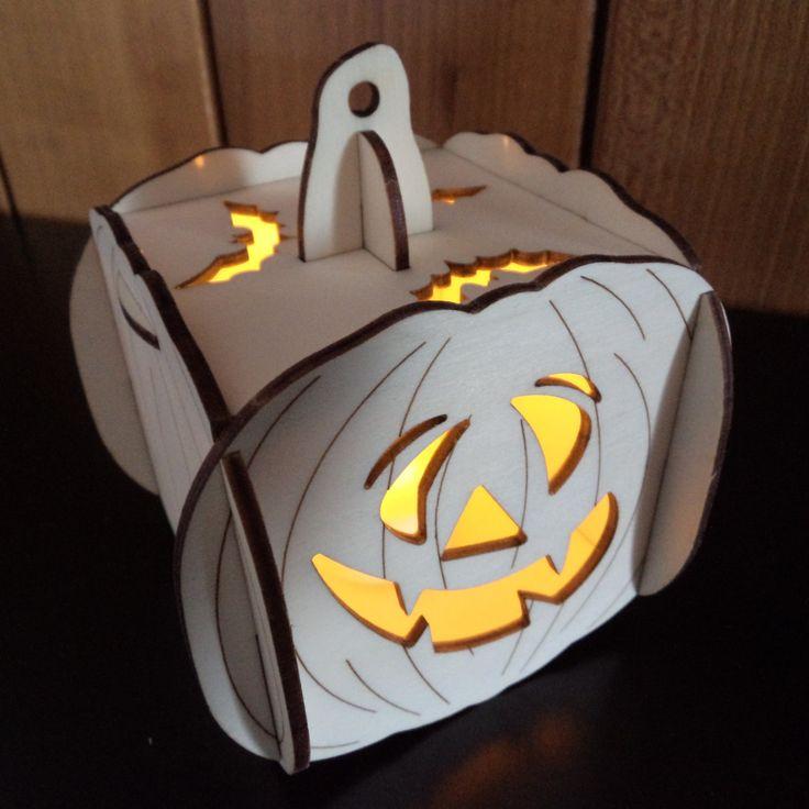 3D+dýně+na+halloween+-+motiv+3+3D+dýně+z+topolové+překližky+3mm+silné,+10,5x10,5x12cm.+Určeno+k+dekoraci,+použití+pouze+s+LED+čajovou+svíčkou.+Svíčka+je+součástí+balení+a+vkládá+se+vysunutím+přední+části.+Nelze+použít+hořící+svíčky!+Na+rozdíl+od+jiných+výrobců+jsou+moje+výrobky+bez+opalu,+protože+je+po+vypálení+ručně+přebrušuji.
