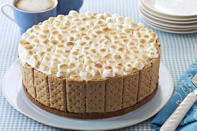 S'mores grillés et feu de camp sont indissociables. Puisque personne ne peut y résister, nous avons transformé ce classique en un gâteau à la crème glacée au chocolat nappé d'une garniture de guimauves dorées.