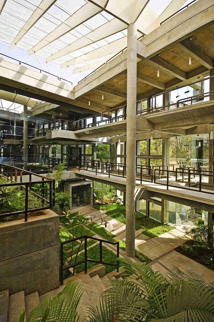 L'architecture CORE plante un jardin tropical sur une colline en béton dans cet immeuble de bureaux économe en énergie, Inde